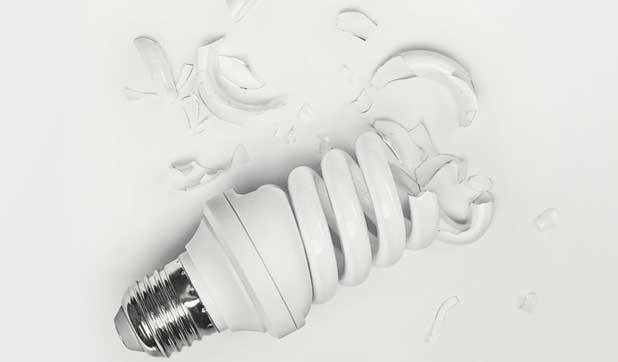 Разбилась энергосберегающая лампочка(( что делать???